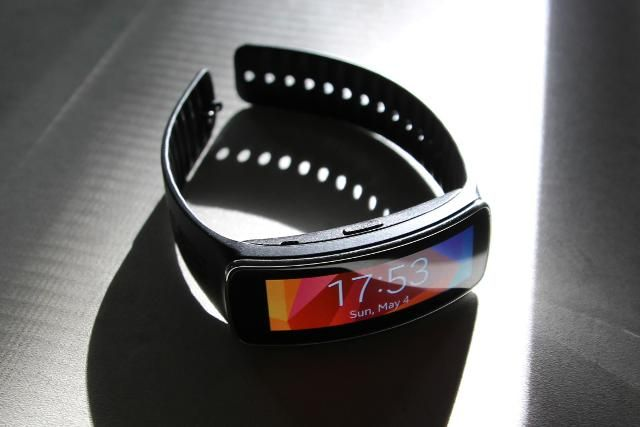 samsung gear fit dramatic lighting