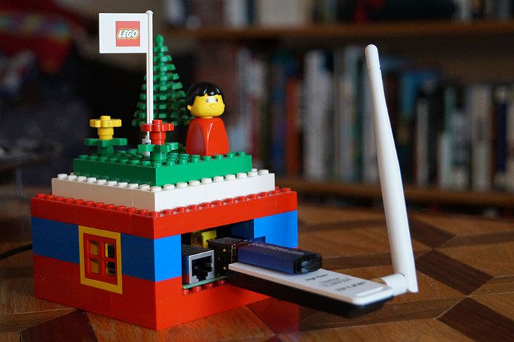 Build Your Own Wireless Dead Drop For File Sharing piratebox featured