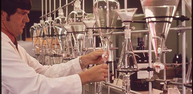 640px-EPA_GULF_BREEZE_LABORATORY,_CHEMISTRY_LAB._THE_CHEMIST_IS_TESTING_WATER_SAMPLES_FOR_PESTICIDES_-_NARA_-_546277