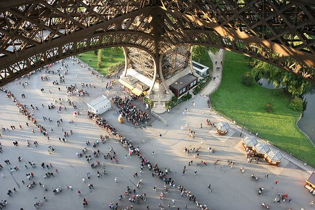 eiffel tower crowd
