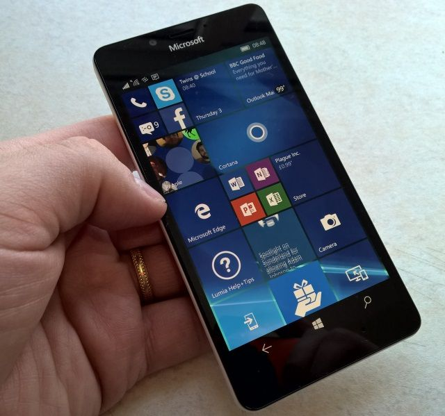 The Nokia Lumia 950 features the Continuum technology, enabling a Windows 10 desktop..
