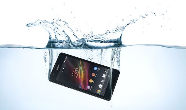 waterproof-phone-falling-underwater