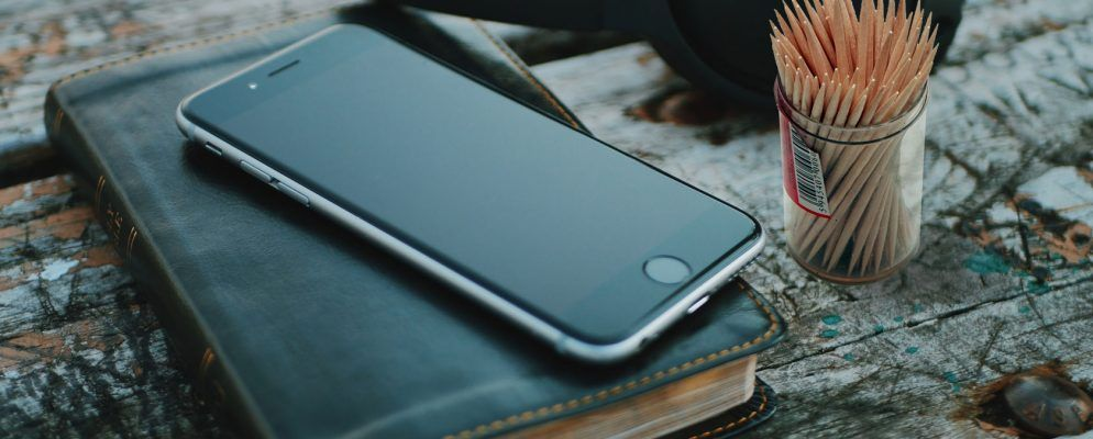 timeless design 5d69e 0b5ed How to Clean the iPhone's Charging Port