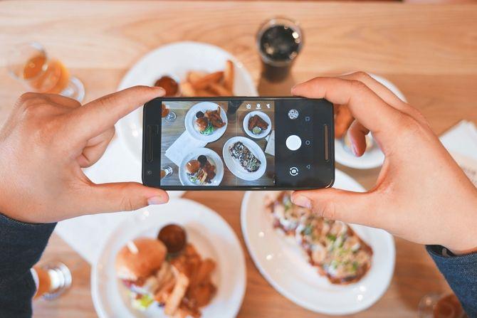 tomando foto de comida con smartphone