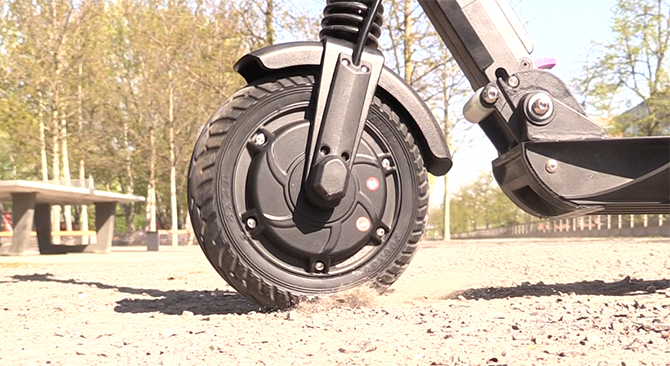 The front wheel of the Kugoo S1