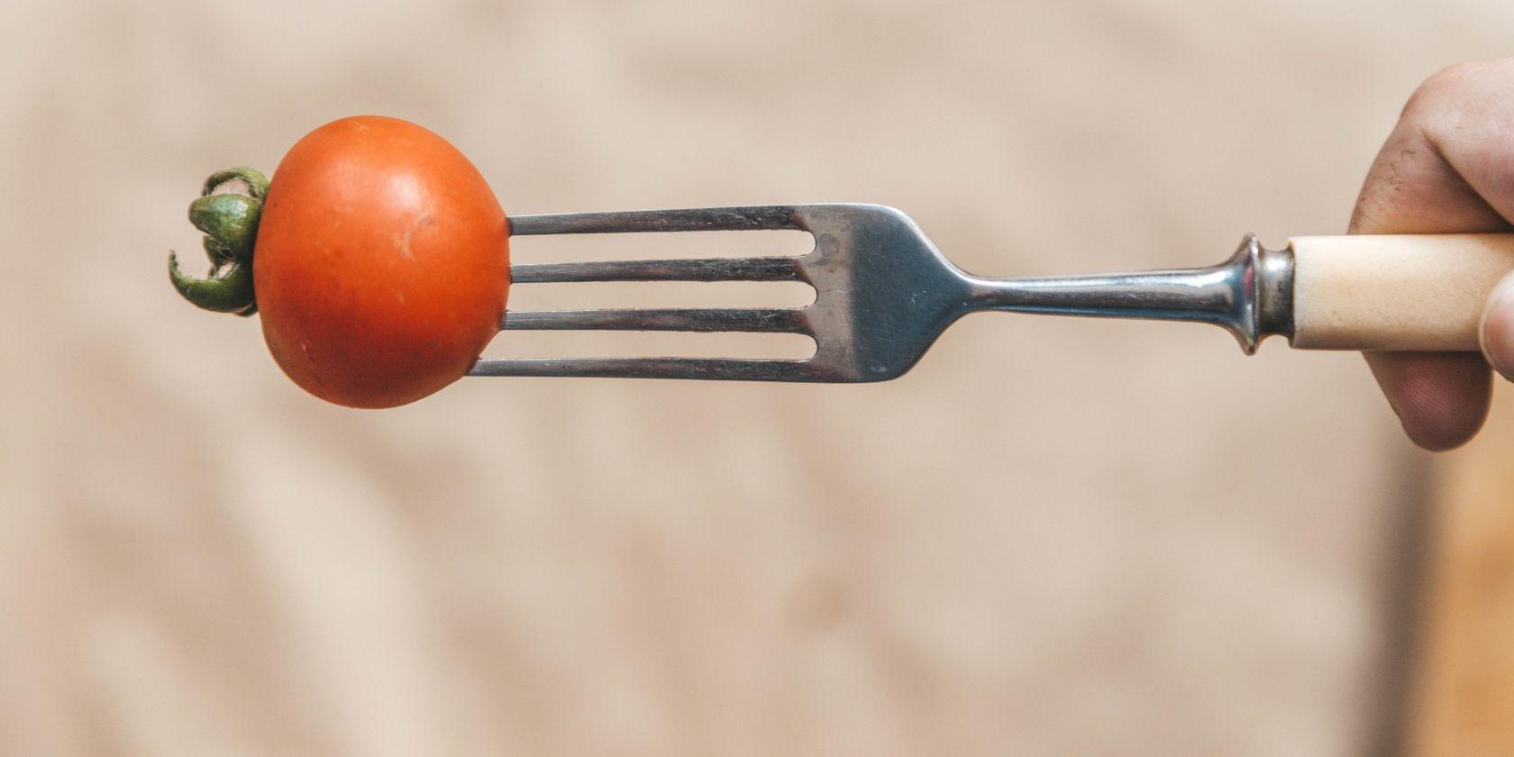 pomodorini su una forchetta