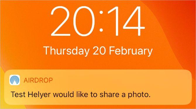 Уведомление AirDrop на экране блокировки iPhone