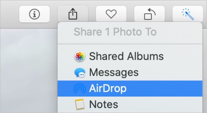 Параметр AirDrop в меню «Поделиться» из приложения «Фото»