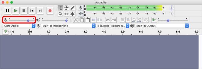 Окно Audacity с мониторингом ввода, подсвечивающим слайдер громкости ввода