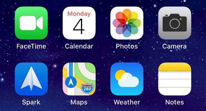 Ряд приложений на главном экране iPhone с приложением «Фотографии»